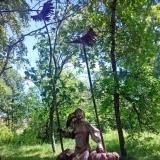 Прогулка по парку статуя из металла