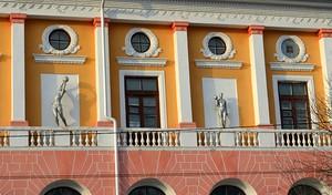 Скульптуры справа