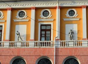 Скульптуры слева